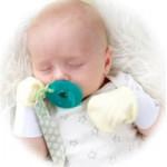 Рукавички и царапки для новорожденных